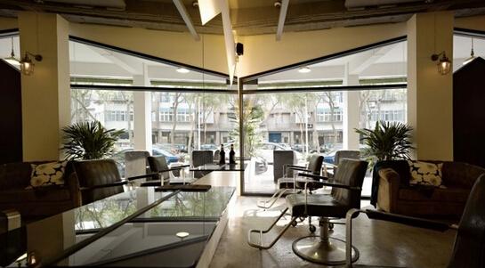 SI设计-台北 PRIM4 发廊设计    PRIM4 位于台北一个其生活节奏非常繁忙的区域,在这个美发沙龙SI设计中,设计师的想法是创建一个成人广场。主要是定位在一个中央的酒吧,然后结合其他部门。我们的 广场有不同形状的镜子和设计每个房间不同的照明气氛。巨大的mountain-shaped镜子和墙壁理发区重叠的反射。    天花板上的可移动的蛋形镜子和草坪上的染发区域,每一处细节都保持在扭转间的惊喜。美发沙龙是一个只有30平方米的空间,但是我们创建了五个特色的照明空间,使其合并成一个特定的工作空间。